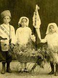 Дети с кружкой для сбора пожертвований
